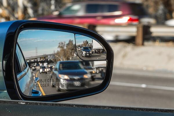 blindspot assistance in car mirror