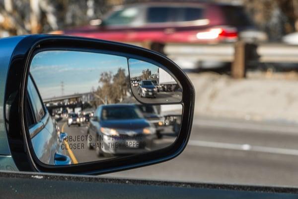 blindspot assistance in car mirror